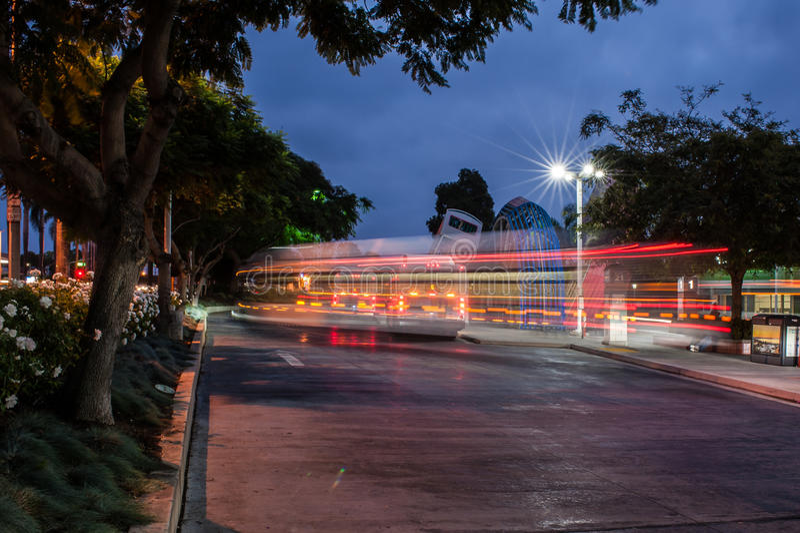 Занятый автобусный парк бежать на полной скорости стоковое фото