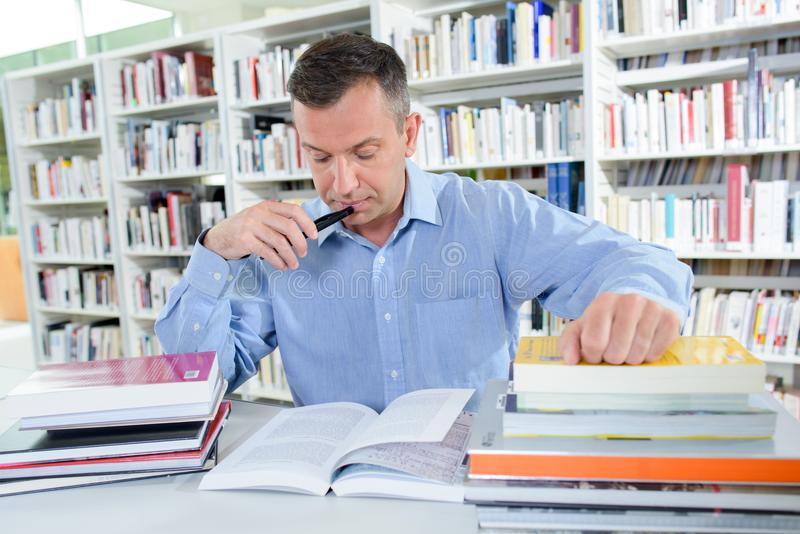 Занятый в библиотеке стоковое фото