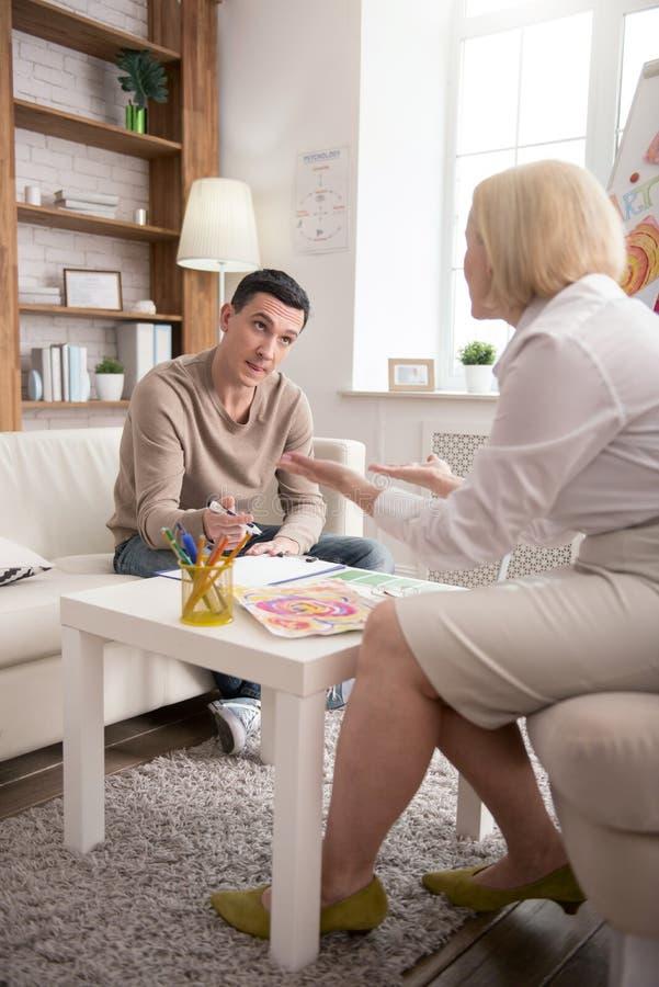 Занятый приятный человек обрабатывая с терапией искусства стоковые изображения