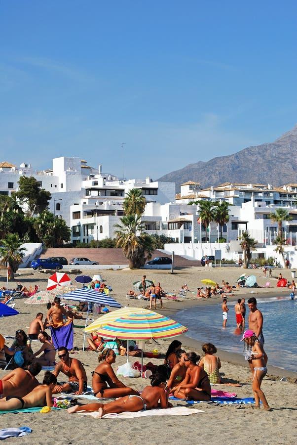 Занятый пляж, Puerto Banus, Испания стоковые фото