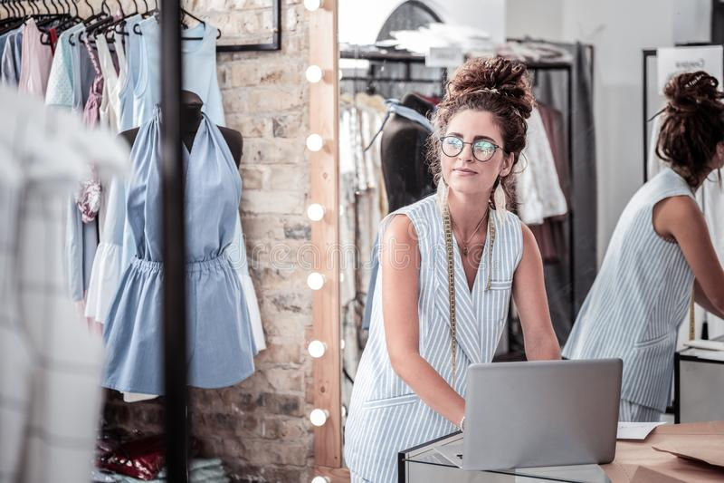 Занятый трудолюбивый дизайнер писать важную электронную почту дела на ее ноутбуке стоковая фотография rf