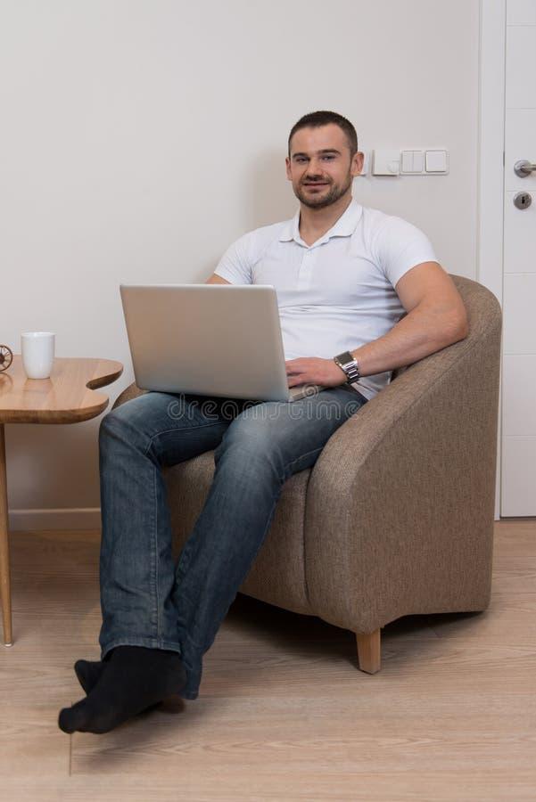 Занятый человек работая дома стоковые фото