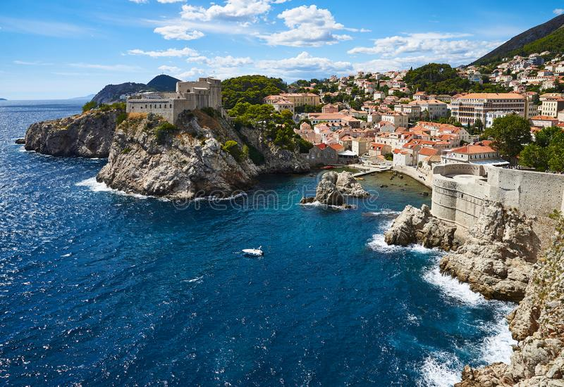 Западная гавань стен Дубровника и города стоковые фото