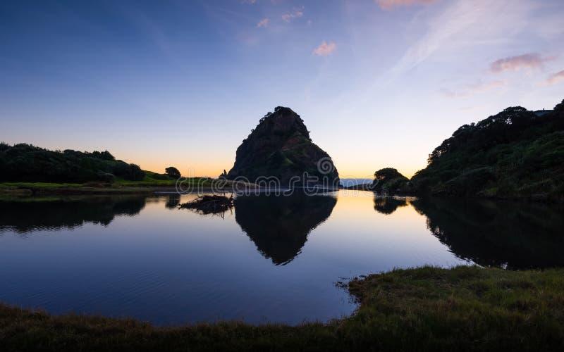 Западное побережье Новая Зеландия Окленда захода солнца Piha утеса льва стоковые изображения rf