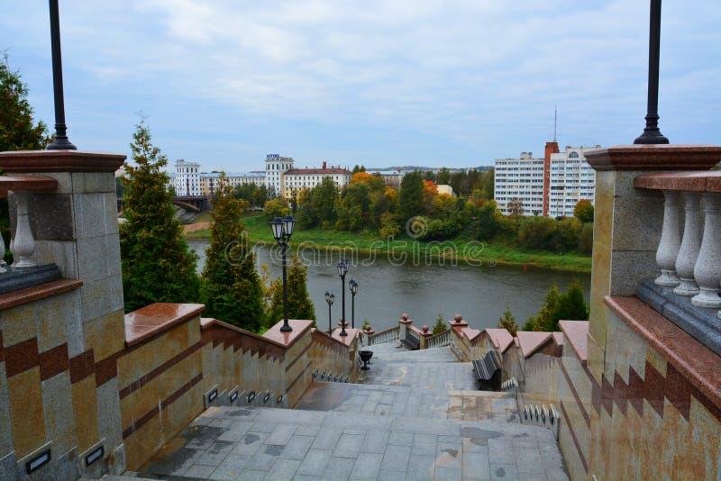 Западное река Dvina и шаги собора предположения в Витебске, Беларуси стоковые фото