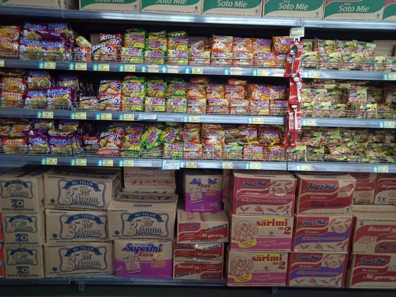 Западные Kalimantan, Индонезия, еда супермаркета 26-ое мая Ayani Megamall и напиток, взгляд еды много лапш, Pontianak стоковое изображение rf