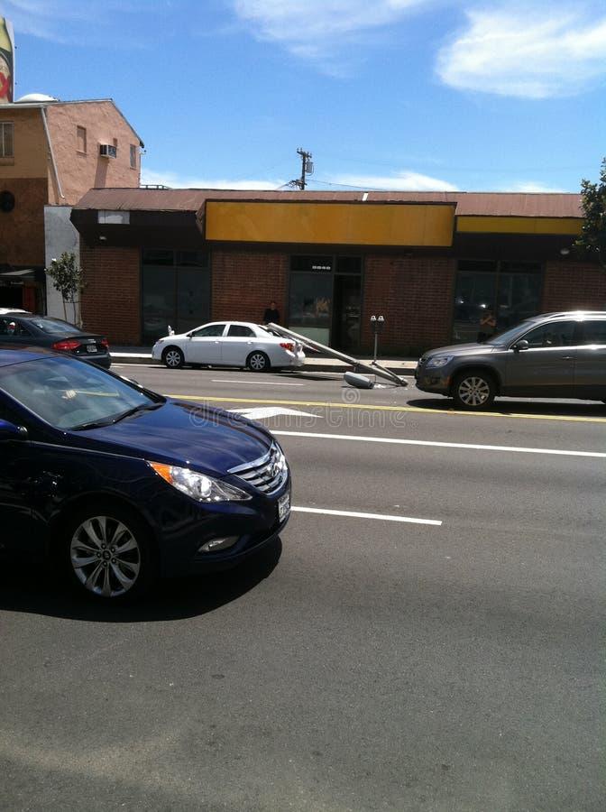 Западный Голливуд, CA/Соединенные Штаты - 6-ое мая 2011: Белый автомобиль ударяет фонарный столб на бульваре захода солнца улицы  стоковое изображение