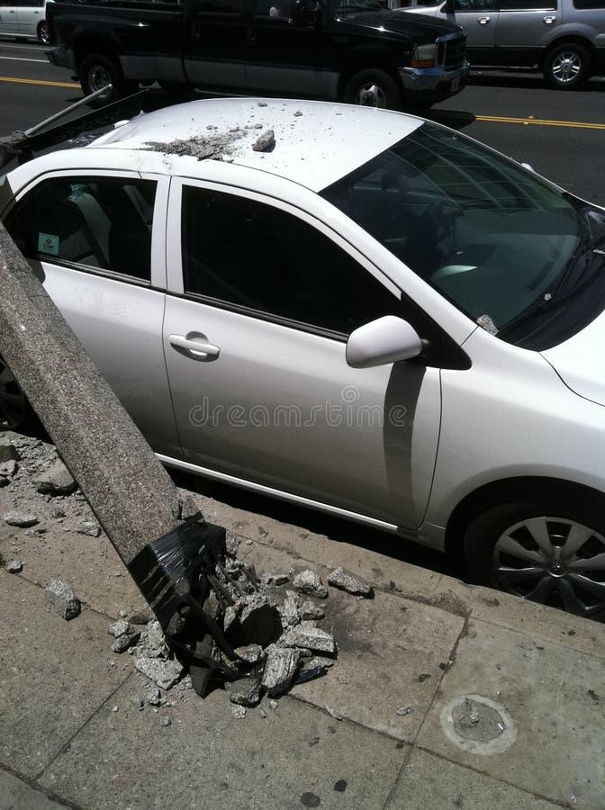 Западный Голливуд, CA/Соединенные Штаты - 6-ое мая 2011: Белый автомобиль ударяет фонарный столб на бульваре захода солнца улицы  стоковая фотография