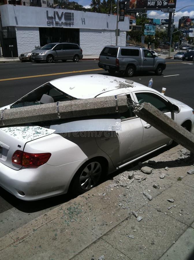 Западный Голливуд, CA/Соединенные Штаты - 6-ое мая 2011: Белый автомобиль ударяет фонарный столб на бульваре захода солнца улицы  стоковое фото rf