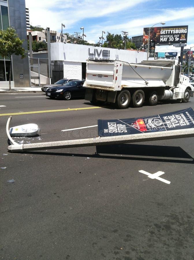 Западный Голливуд, CA/Соединенные Штаты - 6-ое мая 2011: Белый автомобиль ударяет фонарный столб на бульваре захода солнца улицы  стоковая фотография rf