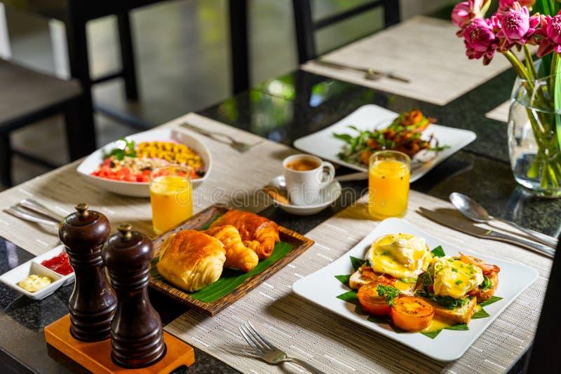 Западный завтрак и печенье, который нужно пойти с кофе и свежим соком стоковая фотография