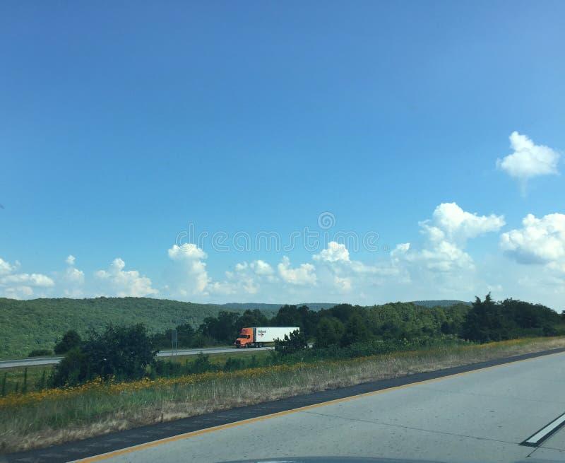 Западный пейзаж Арканзаса и шоссе 4 майн с semi стоковая фотография rf