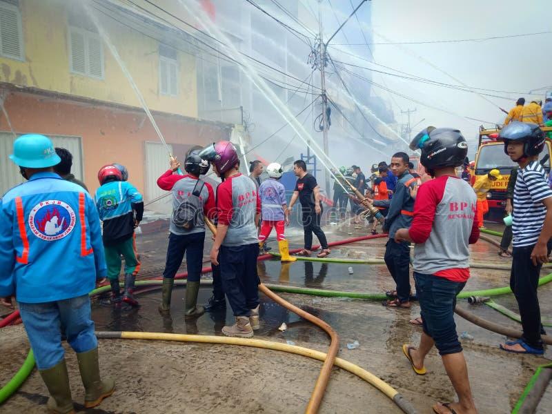 Западный Kalimantan, Индонезия - 8 Juni 2019,4 дома сгорели вниз и пожарные для того чтобы потушить бушующий пожар в доме Индонез стоковая фотография