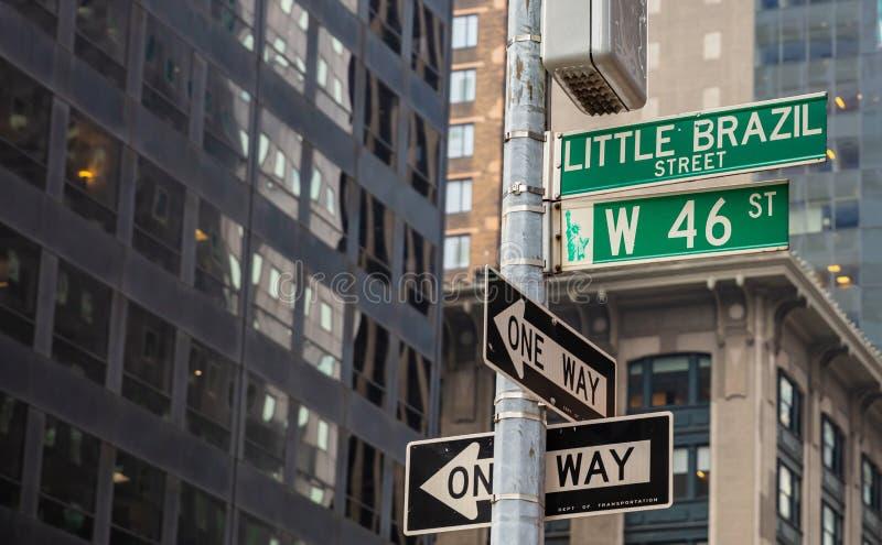 Западный 46th знак улицы, Манхэттен Нью-Йорк к центру города Голубые знаки улицы цвета стоковые фотографии rf