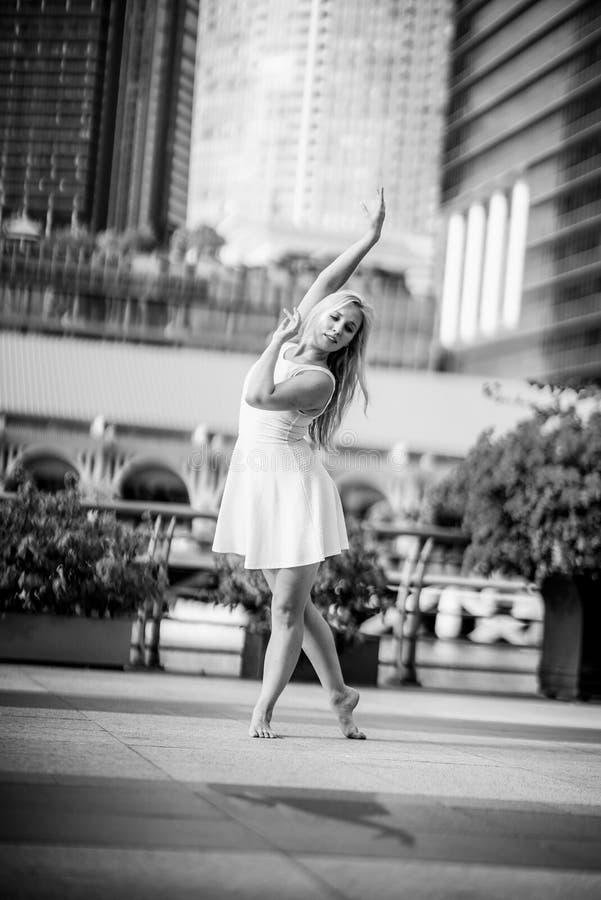 Запальчиво красивый белокурый женский танцор скачет высоко в воздух, стоковое фото rf