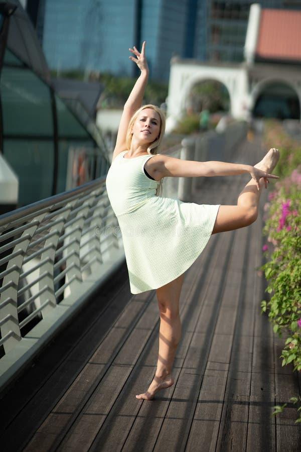 Запальчиво красивый белокурый женский танцор скачет высоко в воздух, стоковое изображение rf