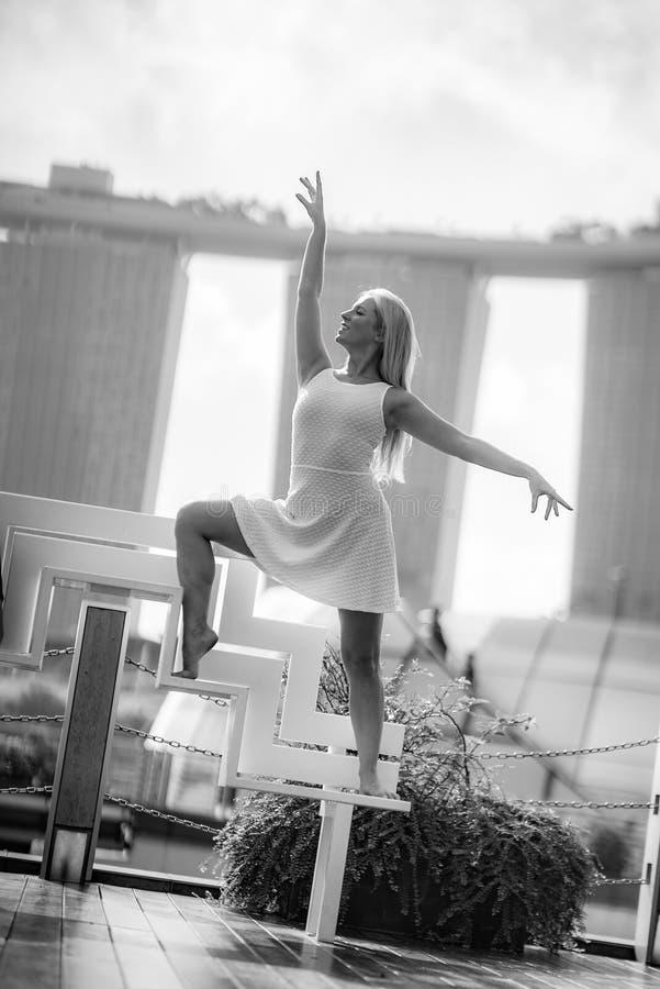 Запальчиво красивый белокурый женский танцор скачет высоко в воздух, стоковые изображения rf