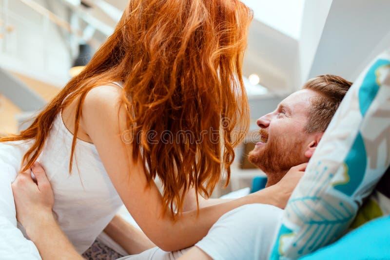 Запальчиво foreplay пар в кровати стоковая фотография