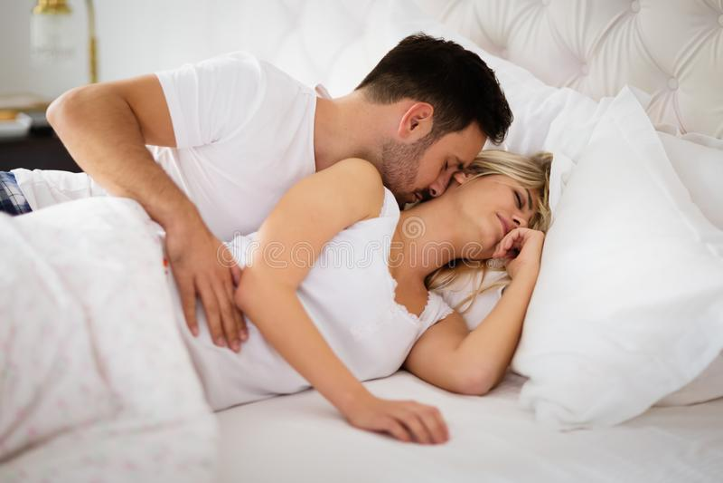 Запальчиво foreplay пар в кровати стоковые фотографии rf