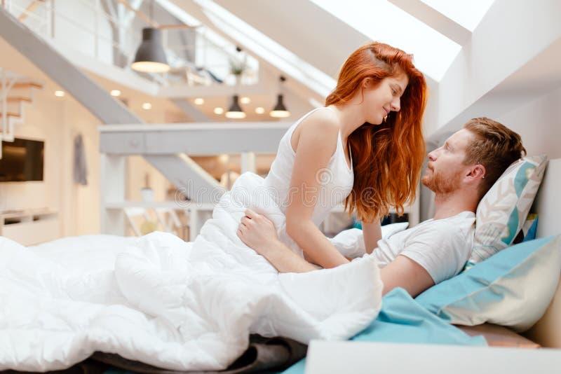 Запальчиво foreplay пар в кровати стоковое фото rf
