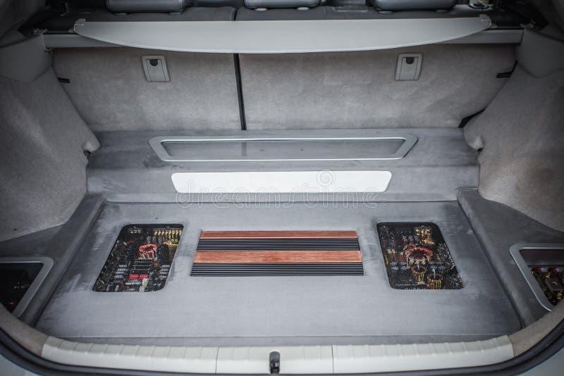 Запасная автошина в хоботе современного автомобиля стоковые фото