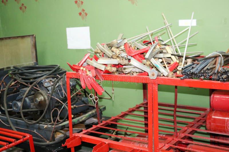 Запасные части для огнетушителей на дозаправляя станции огнетушителей, запирать-начиная приборы, трубы и цилиндры стоковые изображения