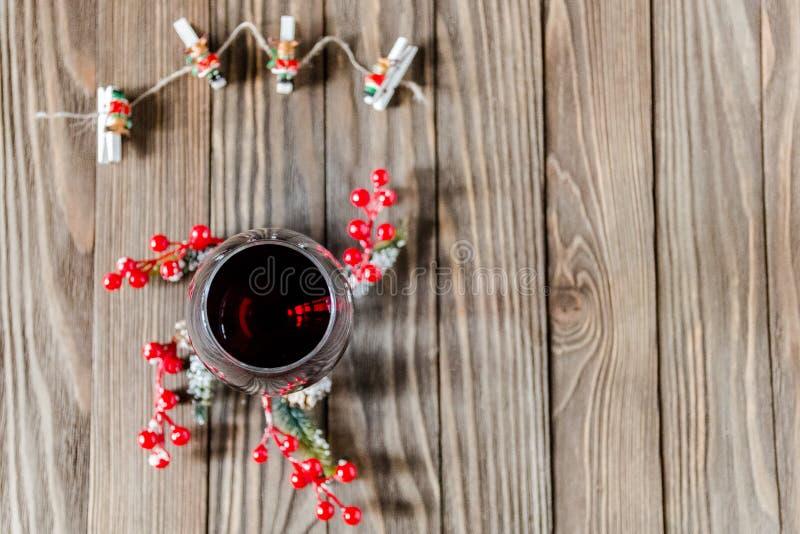 Запах Нового Года, бокала вина и украшения рождества стоковые фото