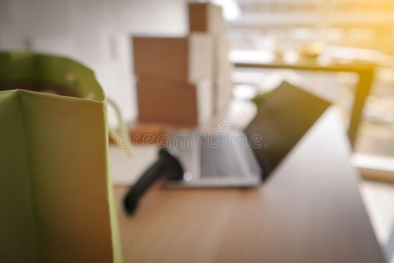 Запачкайте изображение зеленого ходя по магазинам бумажного мешка с ноутбуком стоковое фото rf