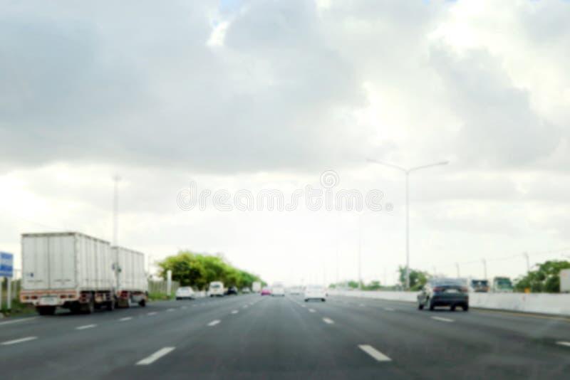 Запачкайте конспект предпосылки дороги шоссе, шоссе, пути длинного пути в городе с автомобилем и стороны 2 дома здания стоковая фотография