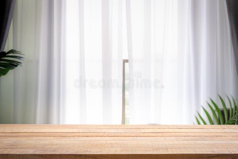 Запачкайте предпосылку белого стекла окна с пустым деревянной таблицы стоковое фото rf