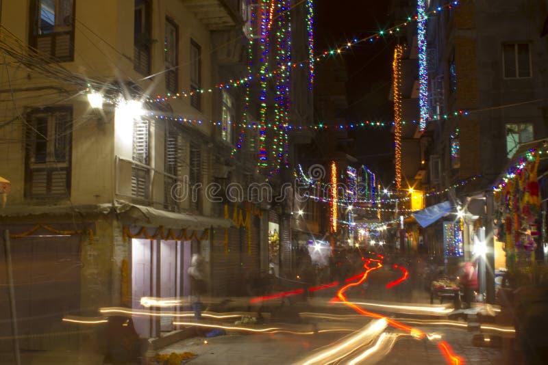 A запачкало светофоры на улице ночи в фестивале Diwali со множеством накаляя покрашенных гирлянд стоковое фото rf
