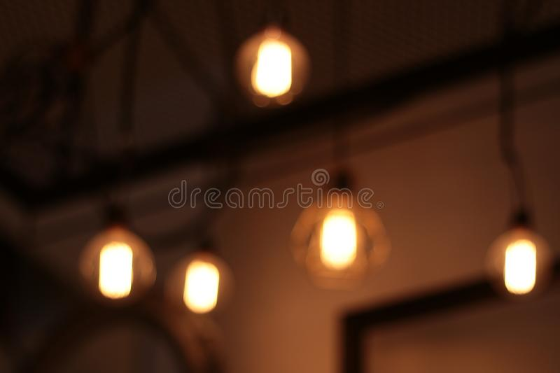 запачкал освещение электрической лампы современный и винтажный стиль, внутренняя электрическая лампочка смертной казни через пове стоковая фотография