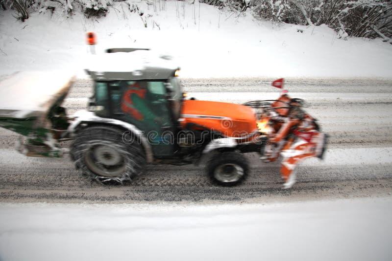 Запачканная движением дорога трактора deicing стоковое изображение