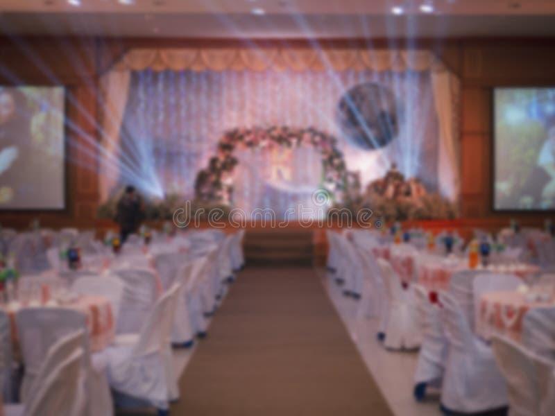 Запачканная гостиница свадьбы с цветком, дорожкой ковра и таблицей для предпосылки стоковые фото