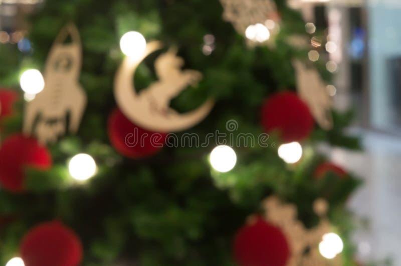 Запачканная зеленая предпосылка с безделушкой лошади, красный m рождественской елки стоковая фотография rf