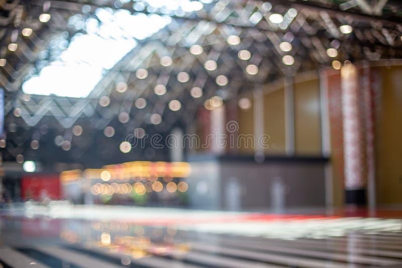 Запачканная красивая предпосылка bokeh: запачканная зала отклонения аэропорта стоковое изображение