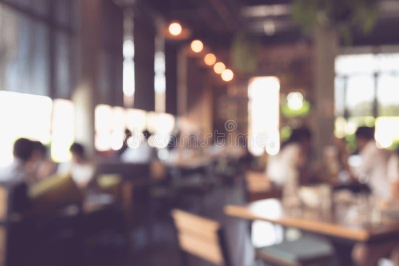 Запачканная предпосылка, клиент в ресторане встречайте и ел совместно стоковые изображения