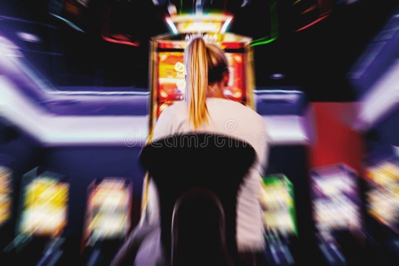 Запачканная предпосылка человека в казино играя торговый автомат стоковое фото