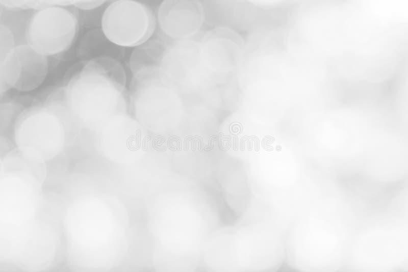 Запачканная природа белых светов defocused или bokeh объезжают зарево снега цвета красочный свет сверкная под деревом со светом в стоковая фотография
