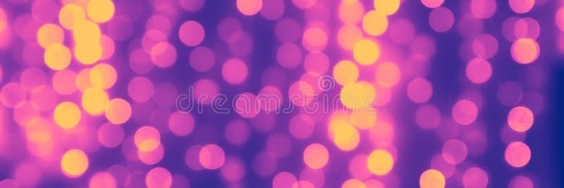 Запачканная пурпурная предпосылка с сиренью естественного bokeh светлой и желтыми шариками абстрактный фон сети - изображение бесплатная иллюстрация