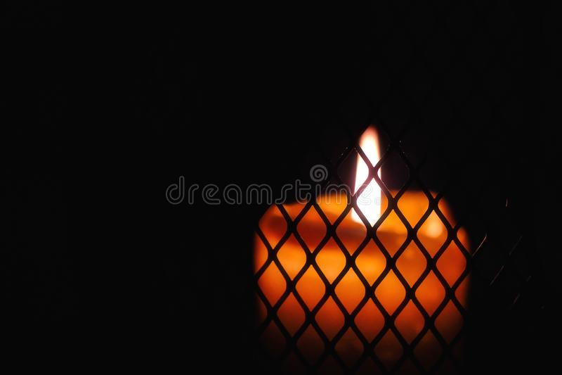 Запачканная свеча, горящий огонь, гриль стоковые фото