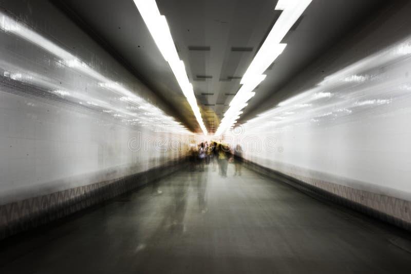 Запачканная толпа идя в подземную долгую выдержку t дорожки стоковое изображение rf