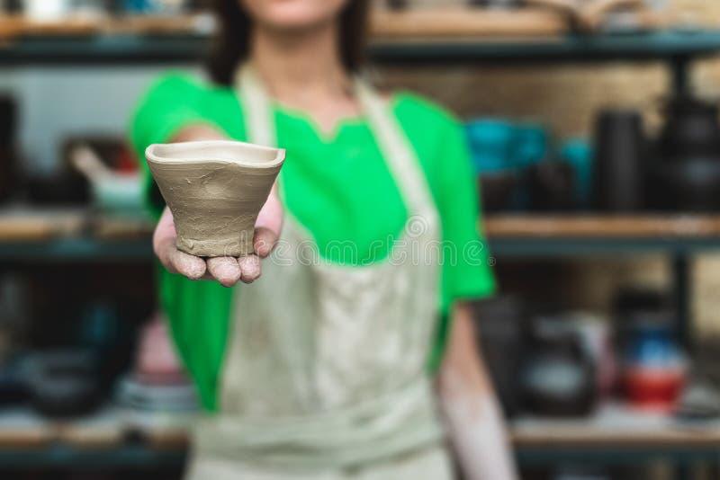 Запачканная уверенная дама в ее случайном зеленом workwear футболки она стоковые изображения