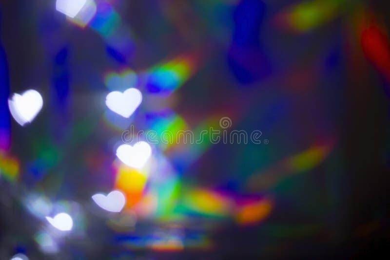 Запачканное белое bokeh формы сердца на предпосылке света радуги стоковые фото