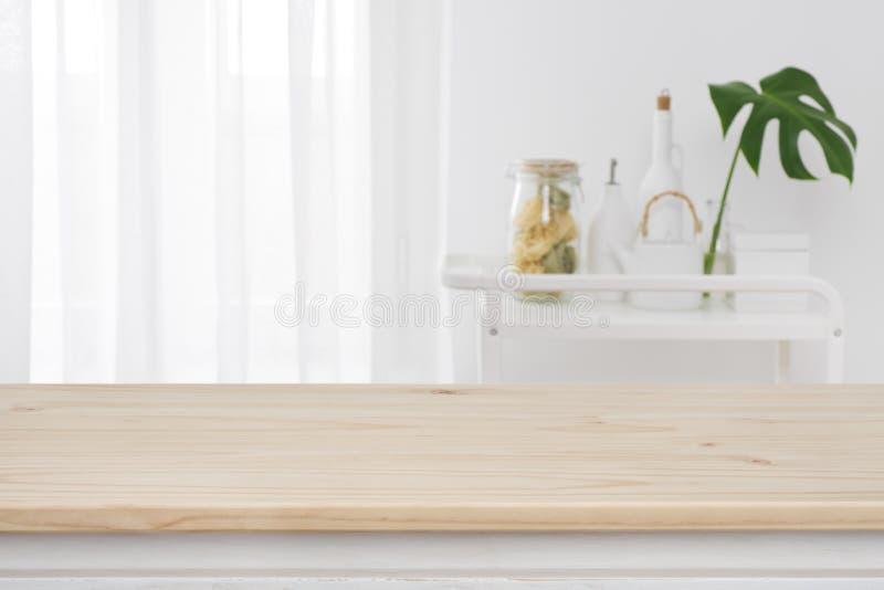 Запачканное окно кухни, включает предпосылку в набор отложенных изменений с деревянной столешницей во фронте стоковая фотография