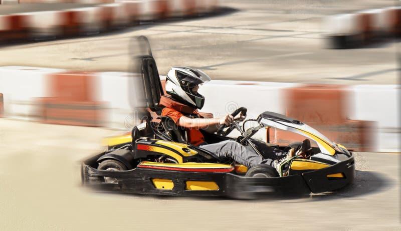 Запачканное фото гонки оппозиции гонки соперника скорости kart внешней, стоковые изображения
