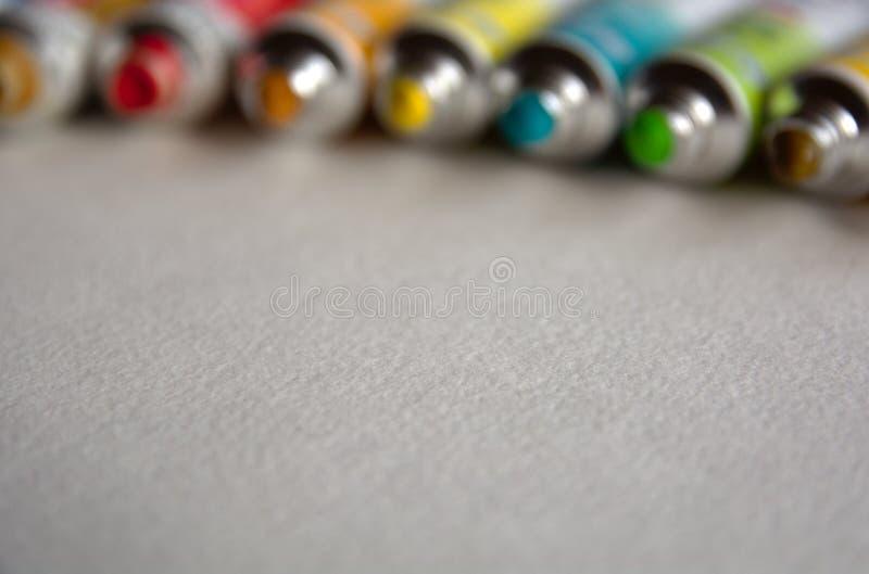 Запачканное фото конца-вверх трубок с яркими пестроткаными акварелями голубыми, желтыми, зелеными тенями Хорошая предпосылка для  стоковое изображение rf