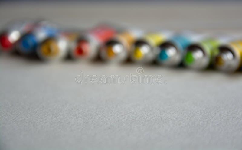 Запачканное фото конца-вверх трубок с яркими пестроткаными акварелями голубыми, желтыми, зелеными тенями Хорошая предпосылка для  стоковые изображения