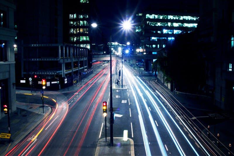 Света автомобилей на улице Лондона к ноча стоковое изображение rf