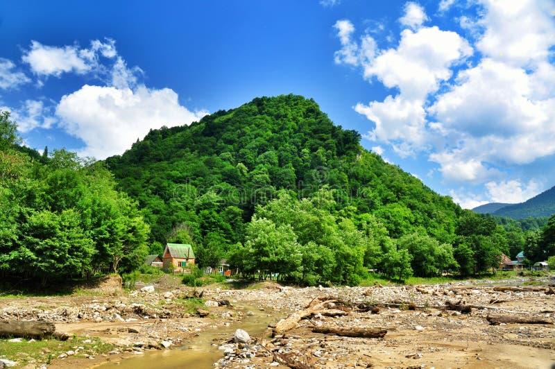 Запачканные банки реки горы стоковое изображение